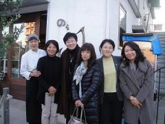 "8. Taking a photo with staff members of ""Healthy Cafe Nora"""
